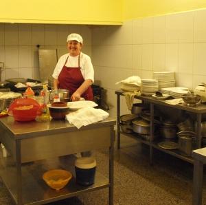 Candelaria Pérez en la cocina del Restaurante La Playita