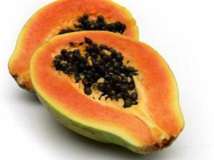La papaya facilita la digestión y calma el dolor e inflamación de estómago.