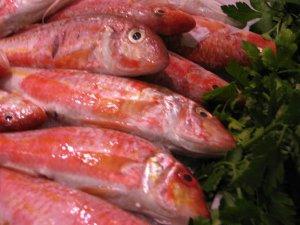 Los salmonetes aportan pocas calorías y, en cambio, poseen vitamina del grupo B, magnesio, fósforo, potasio y yodo.